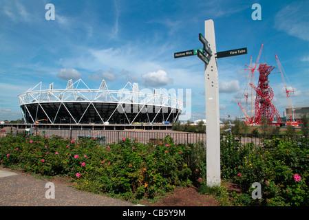 Das Stadion der Olympischen Spiele London 2012, die ArcelorMittal Orbit Aussichtsturm und Sitemap im Olympic Park - Stockfoto