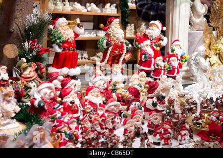 Santa Claus Figuren am Weihnachtsmarkt (Neujahr), Europa - Stockfoto
