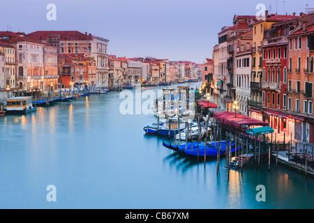 Sonnenaufgang in Venedig von der Rialto-Brücke mit Blick auf den Canal Grande - Stockfoto