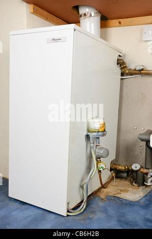 Neu installierte Öl-Kessel in einer inländischen Heizung brennt - Stockfoto