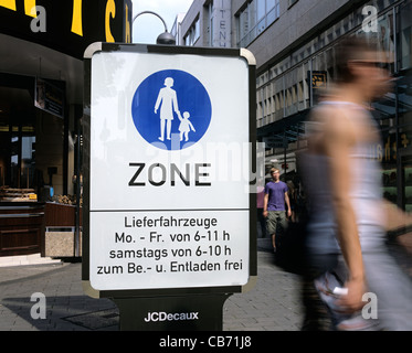 Ein Zeichen markieren den Rand von der autofreien Fußgängerzone im Stadtzentrum von Köln, Deutschland. - Stockfoto
