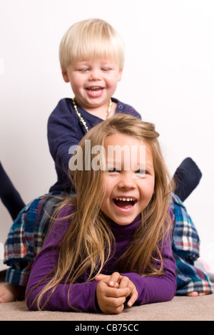 Junger Bruder und Schwester gemeinsam Spaß haben - Stockfoto