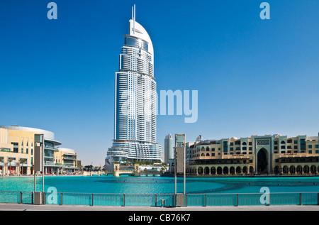 Die Innenstadt von Dubai mit der Dubai Shopping Mall auf der linken Seite, The Address, ein fünf-Sterne-Luxus-Hotel - Stockfoto