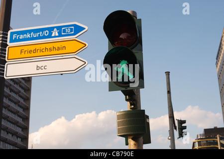 Ein unverwechselbares und etwas frech DDR Stil Fußgängerzone zu Fuß Symbol (Ampelmannchen) in Berlin, Deutschland. - Stockfoto