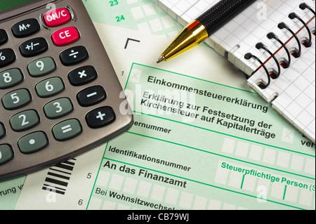 Deutsche steuer Formular mit Taschenrechner - Stockfoto