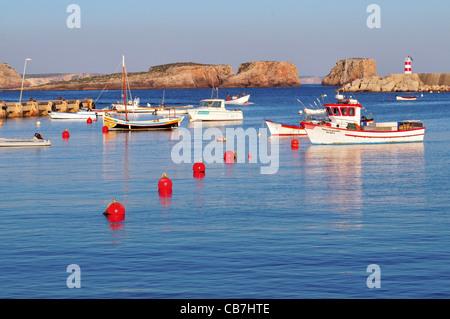 Portugal, Algarve: Fischerboote ankern im Hafen Porto da Baleeira in Sagres - Stockfoto