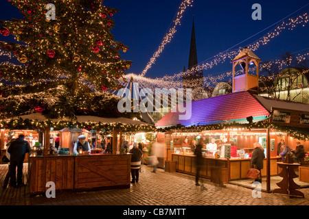ein beleuchteter weihnachtsbaum steht vor dem reichstag. Black Bedroom Furniture Sets. Home Design Ideas