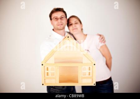 Paar posieren mit einem Mock-up Haus. Model Released - Mr (CTK Foto/Josef Horazny) - Stockfoto