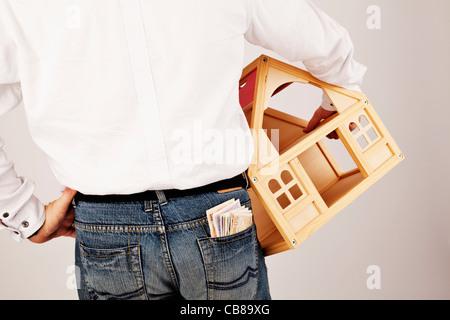 Mann hält eine Mock-up Haus. Model Released - Mr (CTK Foto/Josef Horazny) - Stockfoto