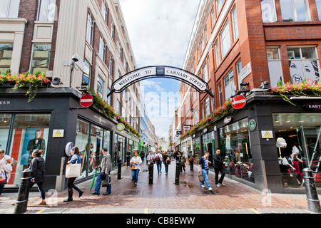 Menschen, Shopper, Fußgänger auf der Carnaby Street, London, England. - Stockfoto