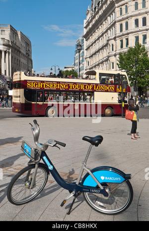 TFL London Mietwagen Fahrrad geparkt auf dem Trafalgar Square mit dem Fotografieren Ansicht Sightseeing Tourbus - Stockfoto