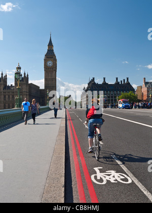 Radfahrer, die Westminster Brücke in Fahrradweg Westminster London UK - Stockfoto