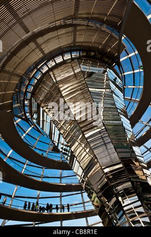 Blick auf die gläserne Kuppel über Kammer am Reichstag in Berlin Deutschland diskutieren; Architekt Norman Foster - Stockfoto