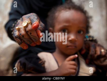 Frau zeigt Kamera mit Henna bemalte Hand Kind besorgt, Lamu, Kenia - Stockfoto