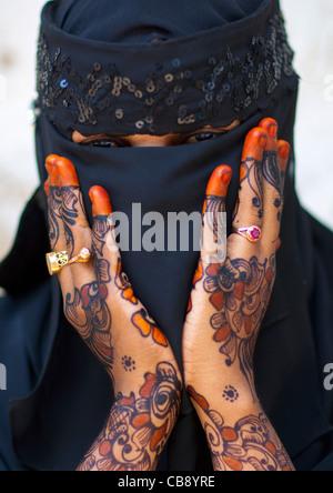 Nicht erkennbare junge Frau tragen Hijab Schleier zeigt ihre Handfläche gemalt mit Henna und Indigo blau, Lamu, - Stockfoto