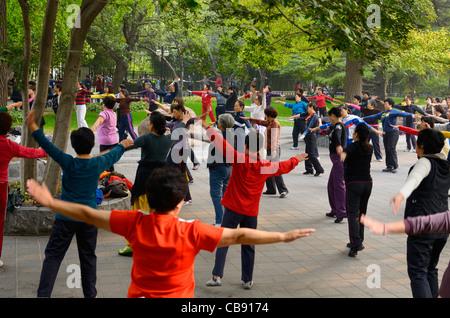 Ältere Chinesen bei Morgengymnastik im Zizhuyuan lila Bambus Park in Peking am chinesischen Nationalfeiertag Urlaub - Stockfoto