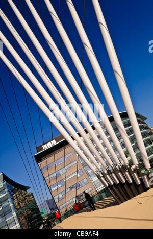 Neue Brücke überqueren Manchester Ship Canal, Salford Quays, Manchester, England, UK - Stockfoto
