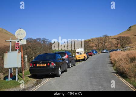 Autos am Straßenrand entlang schmaler Newlands Valley Country Straße geparkten Auto Parkgebühren in Lake District - Stockfoto