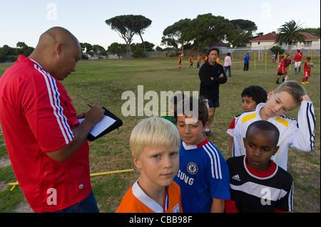 Fußball-Trainer Notizen während einer Trainingseinheit Kapstadt Südafrika - Stockfoto