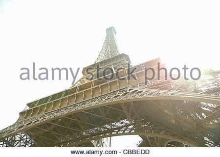 Niedrigen Winkel Blick auf Eiffelturm in Paris - Stockfoto