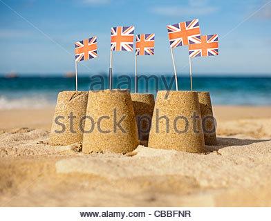 Sandburgen bauen mit Union Jack-Flaggen - Stockfoto