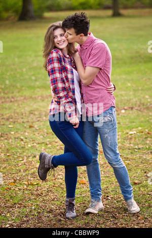 Teenager-Paar küssen im park - Stockfoto