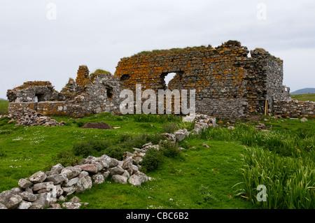 Die Ruinen des dreizehnten Jahrhunderts Teampull Na Trionaid Kirche in Carinish auf der Hebridean Insel von North - Stockfoto