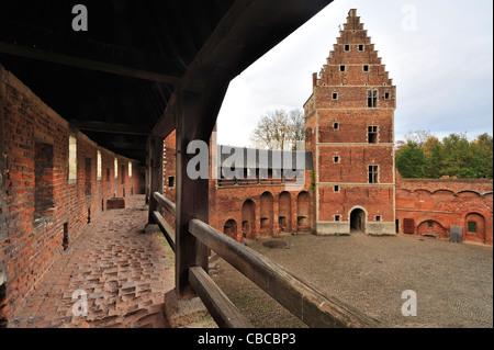 Worn-out roten Ziegeln im Korridor und inneren Hof der mittelalterlichen Burg Beersel, Belgien - Stockfoto