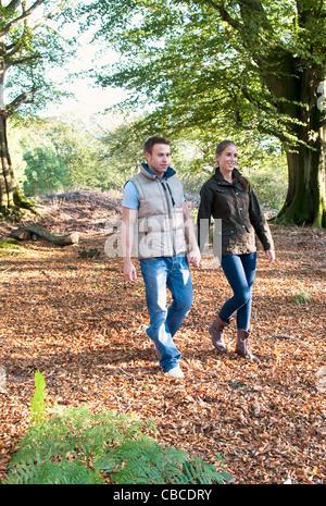 Paar halten Hände im park - Stockfoto