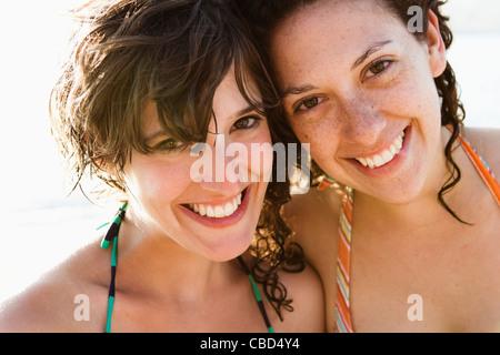 Frauen in Bikinis lächelnd zusammen - Stockfoto