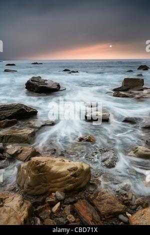 Time-Zeitraffer-Ansicht der Wellen am felsigen Strand - Stockfoto