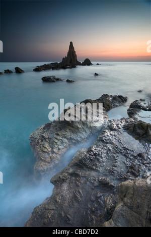 Nebel überrollen Felsiger Strand - Stockfoto