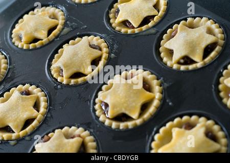 Eine Charge von hausgemachten Mince Pies fertig zum Backen im Ofen - Stockfoto