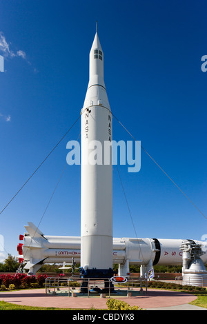 Juno II-Rakete mit Saturn IB hinter The Rocket Garden, Kennedy Space Center Visitor Complex, Merritt Insel, Florida, - Stockfoto