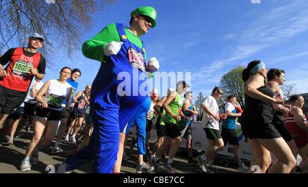 Zu Beginn des Brighton Marathon Läufer - Stockfoto