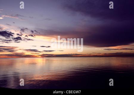 Sonnenuntergang über Port Phillip Bay, in Brighton, Melbourne, Australien - Stockfoto