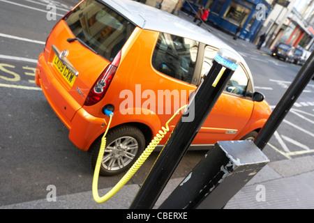 Punkt-London England Großbritannien Grossbritannien Ladestation für Elektroautos - Stockfoto