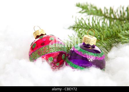 Bunte Glitzer Weihnachtskugeln auf weißem Hintergrund - Stockfoto