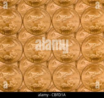 Gold Eagle 1 Unze Münzen in einem Muster und gestapelt auf jede Zeile - Stockfoto
