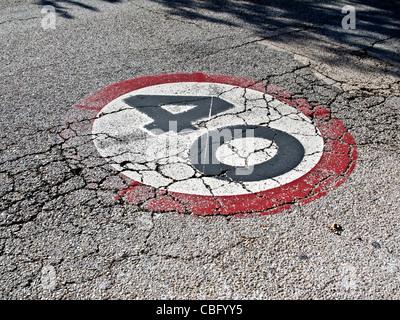 40 Tempolimit Schild gemalt auf einer alten Straße - Stockfoto