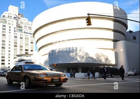 Fassade des Guggenheim Museums in New York City - Stockfoto
