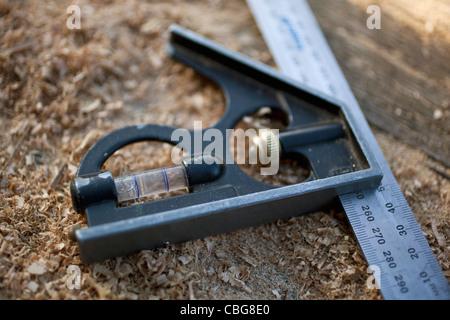 Eine Wasserwaage, ein Lineal auf einer Werkbank befestigt - Stockfoto
