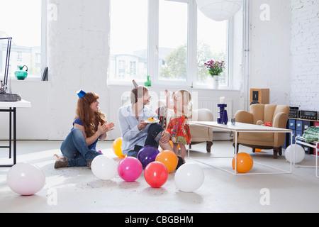 Eine junge Familie, die ihre Tochter Geburtstag feiern - Stockfoto