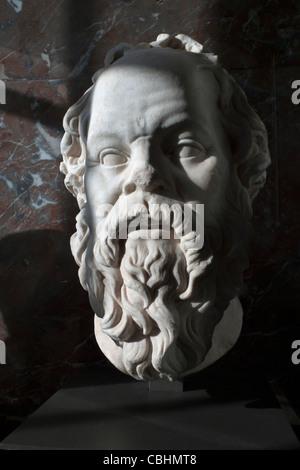Marmorbüste des griechischen Philosophen Sokrates (469-399 v. Chr.) im Louvre Museum in Paris, Frankreich - Stockfoto