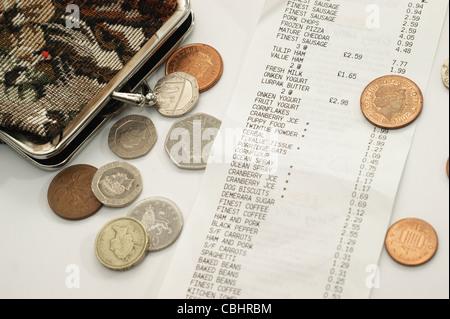 Supermarkt einkaufen Rechnung bis zum Eingang mit Geldbörse & Geld - Stockfoto