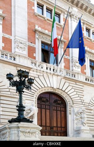 Palazzo Montecitorio mit der Nordfassade in Rom - Sitz der repräsentativen Kammer des italienischen Parlaments. - Stockfoto