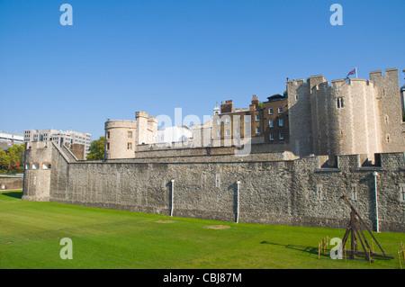 Trocknen Sie Mount und äußeren Mauern der Legge montieren des Tower of London Festung komplexe Außenbereich London - Stockfoto
