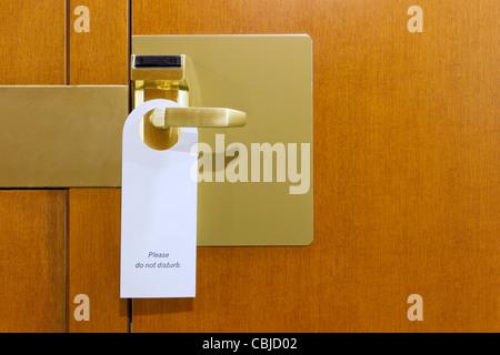 klassische bitte nicht stören Schild auf Messing und Holz Zimmertür gereinigt mit Exemplar für Ihren text - Stockfoto