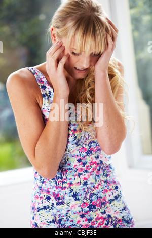 Besorgt aussehendes Mädchen - Stockfoto