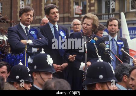 Frau Margaret Thatcher Parlamentswahl 1983 West Midlands. Eine Rede, politische Hustings mit einer Gruppe von lokalen männlichen Tory Parlamentskandidaten 1980er Großbritannien . HOMER SYKES Stockfoto